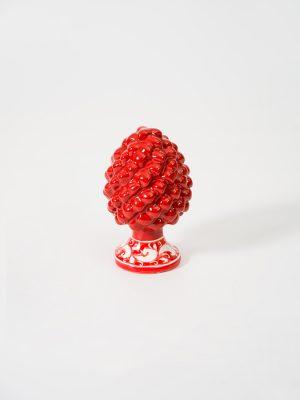 Pigna con piede decorato realizzata a mano da Terrecotte del Sole, colore rosso, decoro floreale in bianco.