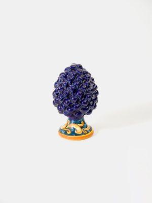 Pigna con piede decorato realizzata a mano da Terrecotte del Sole, colore blu cobalto, decoro floreale in blu cobalto e giallo arancio.