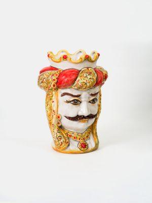 Testa di Moro uomo con corona, decorata in rosso e giallo arancio con effetto invecchiamento.