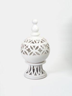 Lume elettrico stile arabo a sfera traforata, realizzato e decorato a mano da Terrecotte del Sole, smaltato in bianco lucido.