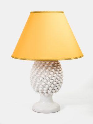 Pigna Lume elettrico, realizzata a mano da Terrecotte del Sole, colore smaltato bianco con paralume giallo oro.