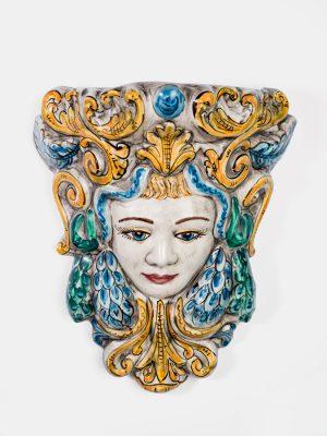 Maschera Medusa murale donna realizzata e decorato a mano da inTerrecotte del Sole. Effetto invecchiato decorazione in verde, celeste e giallo arancio, da parete.