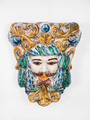 Maschera Medusa murale uomo realizzata e decorato a mano da Terrecotte del Sole. Effetto invecchiato decorazione in verde, celeste e giallo arancio, da parete.