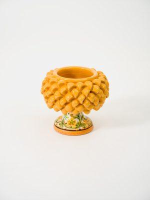 Pigna portapianta realizzata a mano da Terrecotte del Sole, colore giallo arancio, decoro floreale arancio.